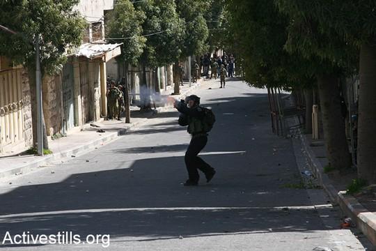 חיילים חיכו בסמטאות בחלק הפלסטיני של העיר, וברגע שראו את ההפגנה התחילו בירי אינטנסיבי של רימוני גז מדמיע. הפגנה לציון 23 שנים לטבח במערת המכפלה ובקריאה לפתיחת רחוב השוהדא לתנועת פלסטינים (היידי מוטולה/אקטיבסטילס)