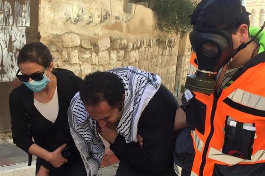 """עיסא עמרו מ""""צעירים נגד התנחלויות"""" לאחר שסאף גז מדמיע. רבים סבלו משאיפת גז, וצלם עיתונות ישראלי אחד הוכה על ידי חיילים. (צילום: חגי מטר)"""