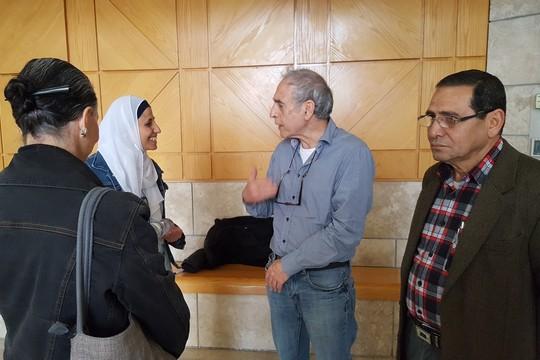 דארין טאטור, אביה ותומכים ממתינים לדיון בבית המשפט בנצרת, 19 במרץ 2017. (יואב חיפאווי)