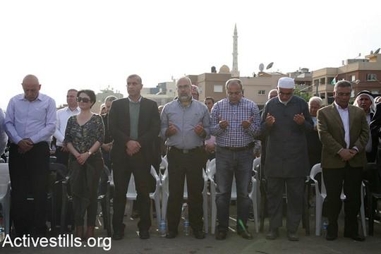 חברות וחברי כנסת, אנשי התנועה האסלאמית וועדת המעקב בעצרת המרכזית בדיר חנא. יום האדמה ה-41. 30 במרץ 2017. (היידי מוטולה/אקטיבסטילס)