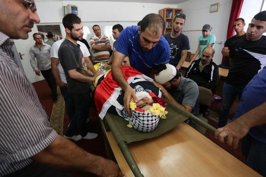 """הלוויתו של הנער מוחמד אל-כסבה שנהרג כתוצאה מהירי של אל""""מ שומר (פלאש 90)"""