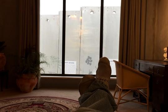 סתלבט על המיטה אל מול החומה (חגי מטר)