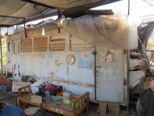 קראוון המשמש למגורי עובדי חקלאות תאילנדים במושב נאות הכיכר. 25 בפברואר 2017 (צילום: אנג'י שו)