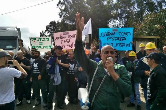"""""""הפגינו נגד הסגירה או שלא תהיה לכם עבודה"""". עובדי חיפה כימיקלים נלחמים על מטה לחמם (צילום אלברט סופר)"""