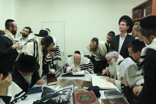 """הרב שמואל אוירבך מנהיג """"הפלג הירושלמי"""" בחדרו בירושלים (צילום: שלומי כהן, פלאש90)"""