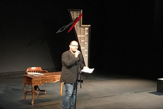 עאמר חליחל, המנהל האומנותי של תיאטרון אל-מידאן, מודיע על תחילת השביתה ביום שישי האחרון (רמי יונס)