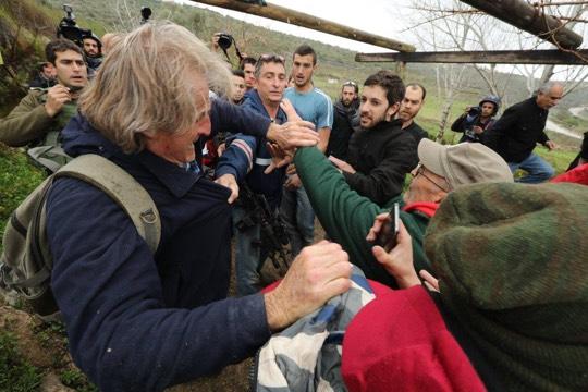 חמוש באם 16 ומכה מפגין בבגדי מד״א. ההפגנה בנבי סאלח (צילום: חיים שוורצנברג)