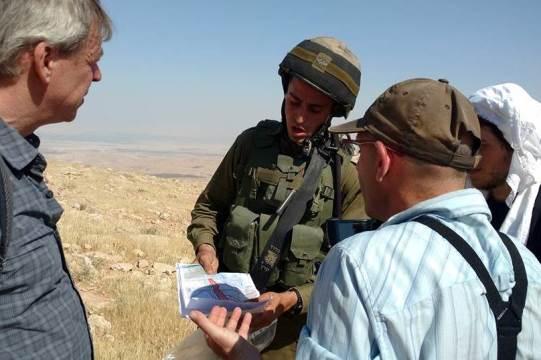 החייל הבודד מציג את הצו המורה על שטח צבאי סגור (צילום: אורלי נוי)