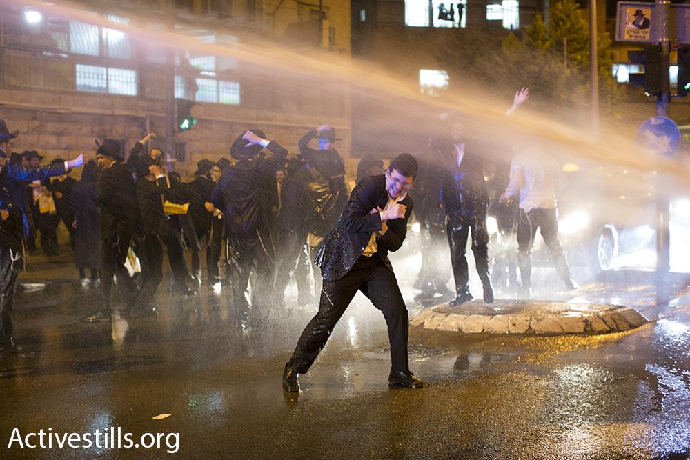 לא למעצר בחורי ישיבה. מפגין חרדי ליטאי חוטף זרם מהמכתזית בהפגנות הפלג הירושלמי בירושלים (צילום: אורן זיו, אקטיבסטילס)