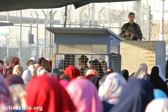 """פלסטינים """"ברי מזל"""" שזכו להיתר להיכנס למזרח ירושלים ולהתפלל ביום שישי האחרון של רמדאן, נתונים לחסדיהם של החיילים במחסום קלנדיה (אחמד אל באז/ אקטיבסטילס)"""