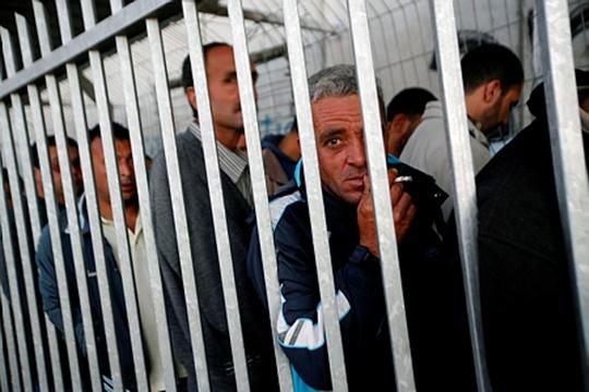 קל ללעוג לסבל שלהם. גבר פלסטיני מבוגר ממתין לאישור כניסה (מרים אלסטר/ פלאש90)