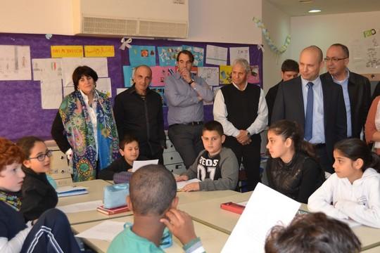 """בנט """"מוקסם"""" במהלך ביקור בביה""""ס הדו לשוני בירושלים (צילום: חדוות קימרלינג)"""
