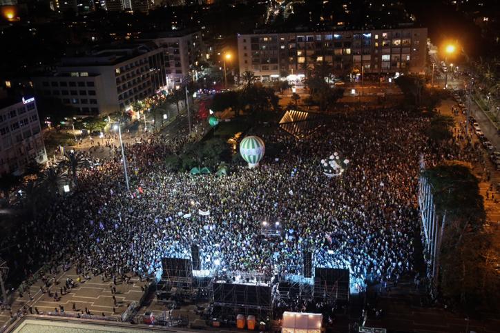 אלפים בהפגנה בכיכר רבין, קוראים לסיום הכיבוש (פלאש 90)