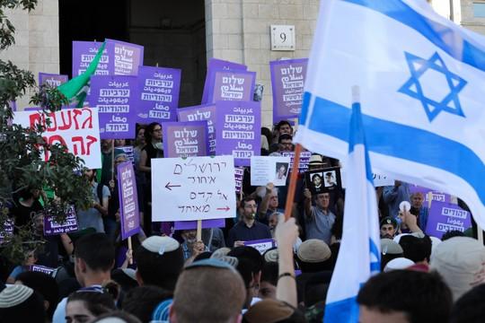 שמאל מול ימין. ריקוד הדגלים, 24 במאי 2017 (צילום: נתי שוחט/פלאש90)