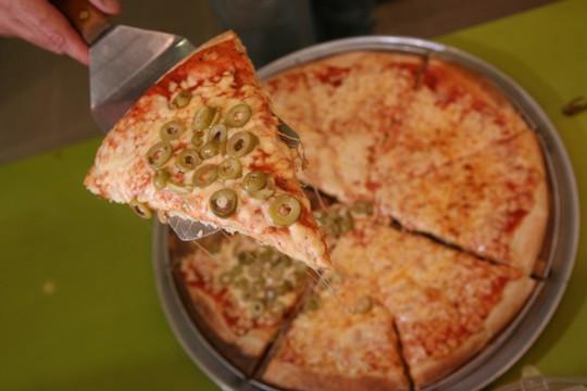 פיצה היא פיצה בכל שפה. (אילוסטרציה: יוסי זמיר/פלאש90)