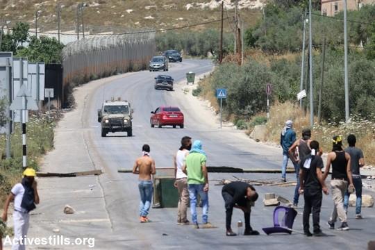 מפגינים פלסטינים חוסמים את אחת הכנוסיות הראשיות לעיר שכם במהלך הפגנת תמיכה באסירים השובתים רעב כבר 36 ימים. 22 במאי 2017 (אחמד אל באז/אקטיבסטילס)