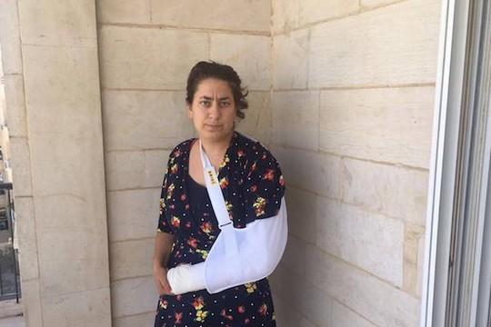 שרה ברמר שליי ביד חבושה לפני הניתוח (צילום: אליענה פישמן)