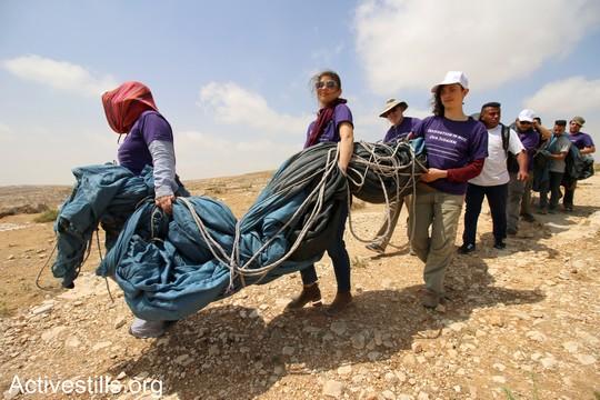 """פעילים נושאים את אחד האוהלים שיוקמו במאחז. """"צומוד, מחנה החירות"""". הכפר סארורה הגדה המערבית, 19 במאי 2017 (צילום: אחמד אל-באז אקטיבסטילס)"""