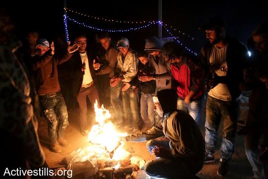 """הפעילים רוקדים דבקה במאחז. כמה שעות אחר כך יפלשו למקום חיילי הצבא. """"צומוד, מחנה החירות"""". הכפר סארורה הגדה המערבית, 20 במאי 2017 (צילום: אחמד אל-באז אקטיבסטילס)"""