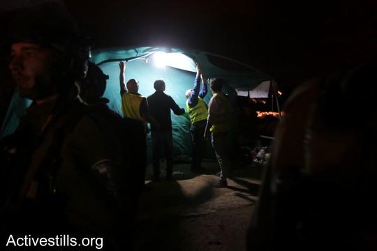 """חיילים מפרקים את אחד האוהלים. """"צומוד, מחנה החירות"""". הכפר סארורה הגדה המערבית, 20 במאי 2017 (צילום: אחמד אל-באז אקטיבסטילס)"""
