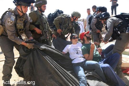 """פעילים פלסטינים, ישראלים ויהודים אמריקאים מתעמתים עם החיילים שהגיעו כדי לפנות את המאחז בפעם השניה. """"צומוד, מחנה החירות"""". הכפר סארורה הגדה המערבית, 25 במאי 2017 (צילום: אחמד אל-באז אקטיבסטילס)"""