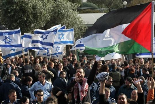 הפגנת סטודנטים יהודים וערבים נגד מבצע צבאי בעזה מול הפגנת ימין. האוניברסיטה העברית בירושלים (צילום: קובי גדעון, פלאש90)