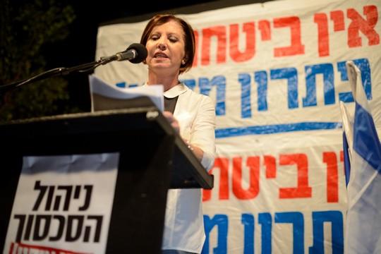 בלי ה'זועביז'. זהבה גלאון נואמת בהפגנת שמאל, תל-אביב, אוקטובר 2015 (גילי יערי/פלאש90)