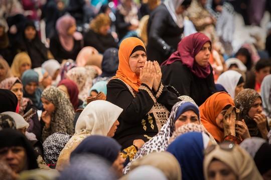 מדינה שבה לנשים אסור לנהוג מלמדת אותנו פמיניזם. תפילת יום שישי של רמדאן בירושלים (סולימאן חאדר/פלאש90)