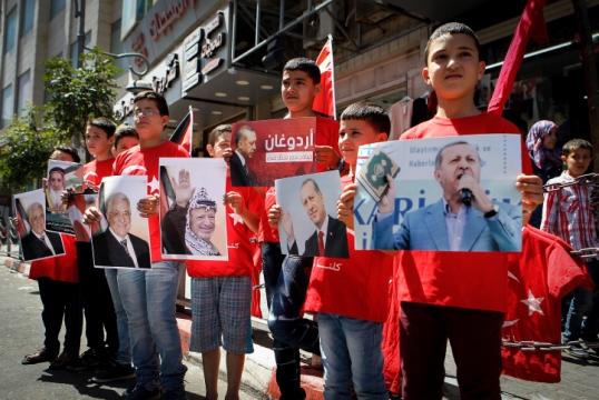 נערים פלסטינים מציגים את תמונתו של ארדואן יחד עם מנהיגים פלסטינים בהפגנת תמיכה בחברון, מיד לאחר ניסיון ההפיכה בתורכיה (צילום: ויסאם השלמאון, פלאש 90)
