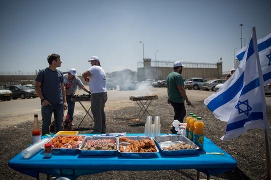 מתי התבהמנו ככה? פעילי ימין עושים על האש מול כלא עופר במהלך שביתת הרעב של האסירים הפלסטינים (הדס פרוש/פלאש90)