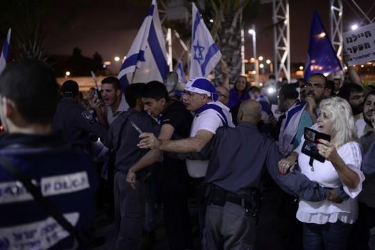 יכול להיות שזה קומץ, אבל זה חתיכת קומץ חזק. מפגינים מחוץ לטקס הזיכרון הישראלי-פלסטיני (תומר ניוברג/פלאש90)