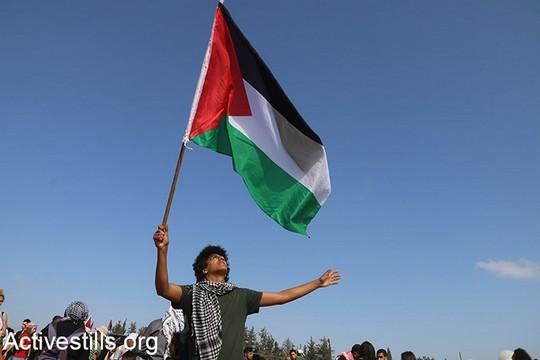 המשטרה לא רק נמנעת מדאגה לאזרחים הפלסטינים, אלא גם מסיתה נגדם ומציגה אותם ממש כאויבים, כפי שלמדנו השנה פעם אחר פעם. צעדת העקורים בכפר העקור אלכאברי (מריה זריק/אקטיבסטילס)