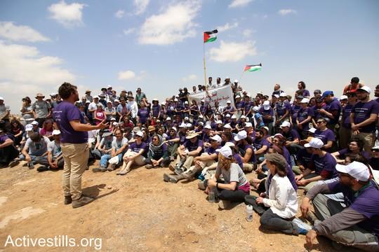 """תמונה קבוצתית של הפעילים: היום הראשון במאחז. """"צומוד, מחנה החירות"""". הכפר סארורה הגדה המערבית, 19 במאי 2017 (צילום: אחמד אל-באז אקטיבסטילס)"""