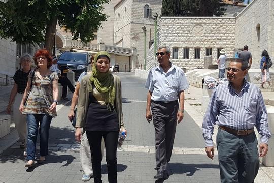 """""""המסוכנות הגרעינית לא פחתה"""". דארין טאטור צועדת ברחובות נצרת, לראשונה מזה למעלה משנה וחצי. (צילום: יאוב חיפאווי)"""