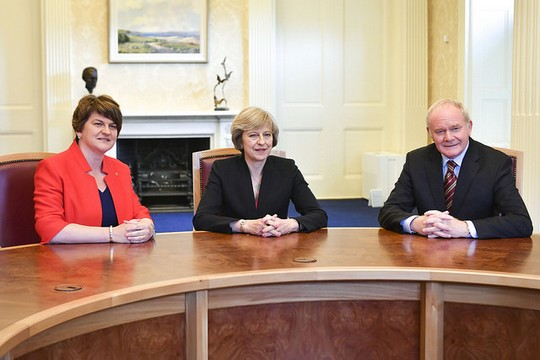 ראש ממשלת בריטניה תרזה מיי במהלך ביקור בצפון אירלנד ביולי 2016 עם ארלין פוסטר, השרה הראשון של צפון אירלנד וסגנה מרטין מקגיניס. (צילום: טום אוונס/פליקר CC BY-NC-ND 2.0)