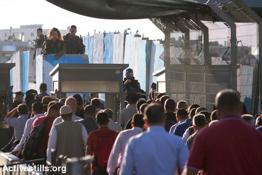 פלסטינים מהגדה המערבית חוצים דרך מחסום קלנדיה בדרכם לתפילות הרמאדן במסגד אל אקצא בירושלים, לקראת אירועי לילת אל קאדר. 21 ביוני 2017 (צילום: אחמד אל-באז/אקטיבסטילס)