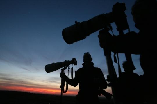 אור השמש לא פגש את מסכי הטלויזיה בישראל. צלמי עיתונות בגבול עזה (צילום אילוסטרציה: יוסי זמיר, פלאש90)