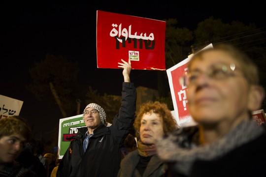 אין פרגמטי יותר מאשר לבנות מחנה דמוקרטי החותר לשוויון, הכולל בו את אזרחי ישראל הפלסטינים. (הפגנה נגד חוק הלאום, פברואר 2014. צילום יונתן זינדל/פלאש90)