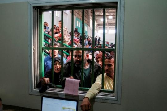 פלסטינים תושבי עזה במעבר רפיח בגבול המצרי (צילום: עבד רחים חטיב, פלאש90)