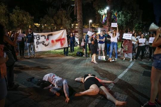 משמרת מחאה נגד רצח מאיה גורן, תל אביב השבוע (צילום: פלאש90)