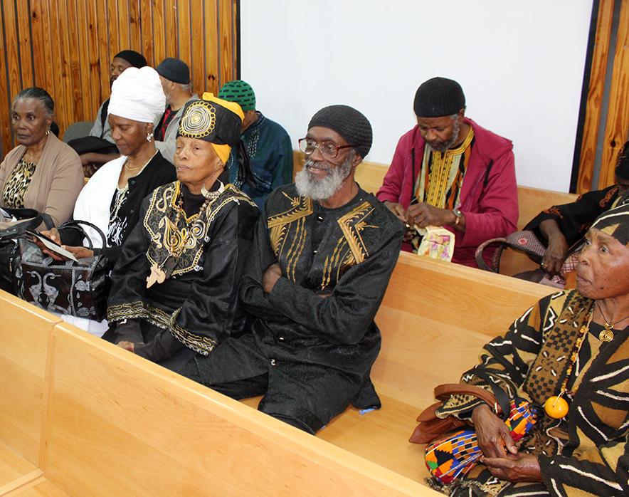 בני משפחת רדקליף וחברי הקהילה בבית הדין הצבאי (צילום: דיוויד שין)