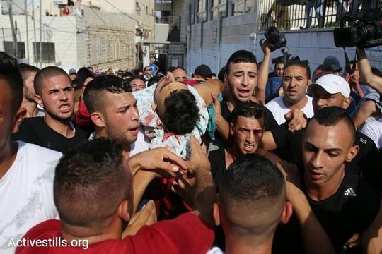 חבריו הנערים של מוחמד אבו גאנם במסע הלוויתו החפוז. 21 ביולי 2017 (אורן זיו/אקטיבסטילס)