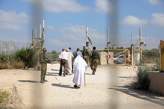 חקלאים פלסטינים מהכפרים דיר אל ר'וסון ועתיל בנפת טולכרם מפגינים לפני מחסום 623, בדרישה לפתוח אותו ולאפשר להם לעבד את אדמותיהם באופן סדיר. 9 ביולי 2017 (היידי מוטולה/אקטיבסטילס)