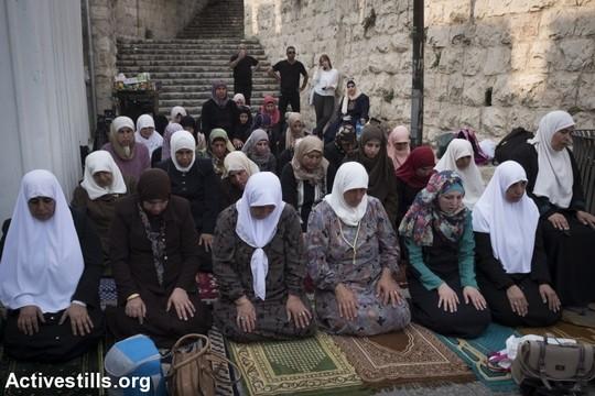 נשים מתפללות במחאה על מכשירי המגנומטרים שהוצבו בכניסות למסגד אל אקצא ומפירות את הסטטוס קוו (אורן זיו/אקטיבסטילס)