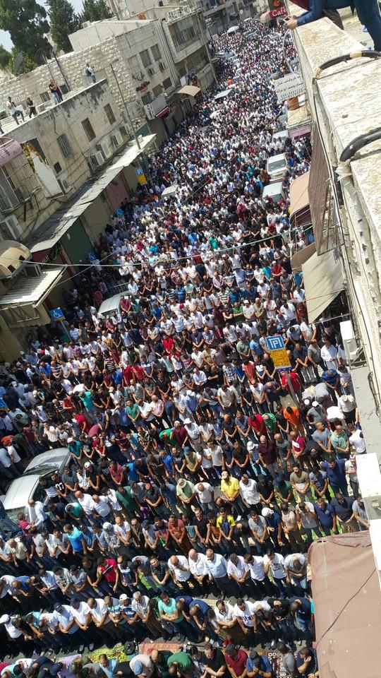 אלפים מתפללים מחוץ למסגד אל אקצא בירושלים בסירוב לעבור דרך גלאי המתכות שהציבה ישראל בכניסה להר (צילום: עומר דלאשה)
