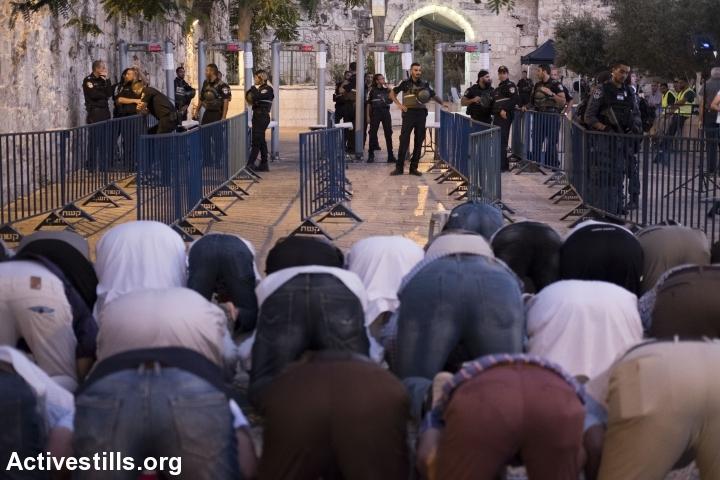 מתפללים מול המגנומטרים בכניסה לאל אקצה, שער האריות 16.7, ביום בו הוצבו (אקטיבסטילס)