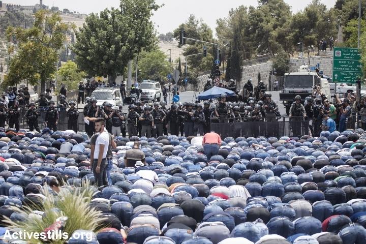 מתפללים מול מחסום של המשטרה בוואדי ג׳וז, יום שישי 21.7 (גיל התפילה הוגבל לחמישים ומעלה)