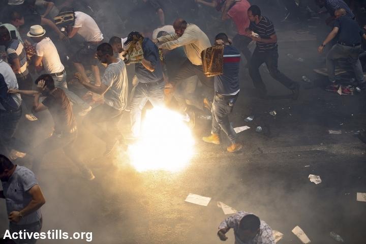 שוטרים מפזרים מתפללים בעזרת רימוני הלם, וואדי ג׳וז, יום שישי 21.7