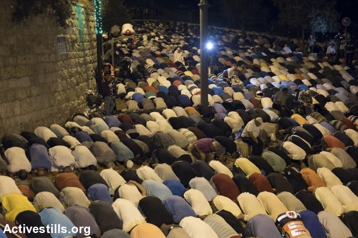 אלפי מתפללים לוקחים חלק בתפילת הערב מחוץ לשער האריות, 26.7