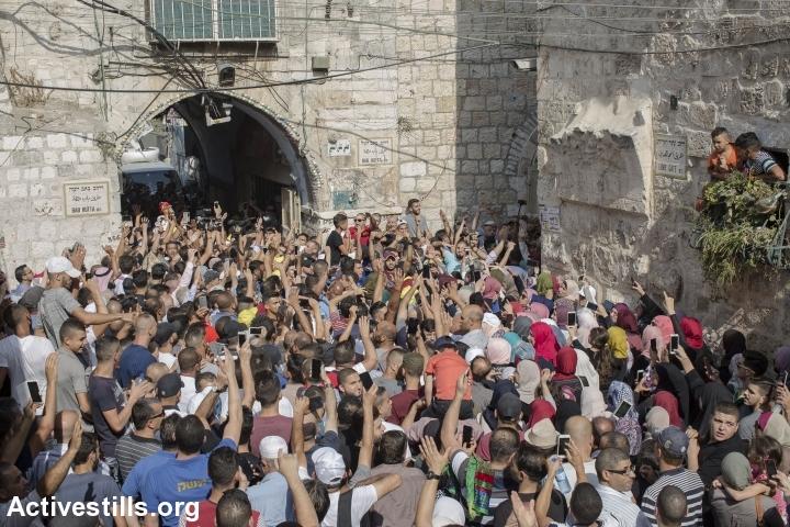 פלסטינים חוגגים את ההחלטה לבטל את הבדיקות בכניסה למסגד אל אקצה ובקריאה לפתוח את שער חוטה, אותו המשטרה סרבה לפתוח למספר שעות, 27.7